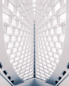 Tiro vertical da construção arquitetônica abstrata branca