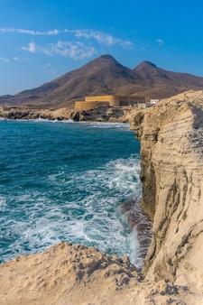 Tiro vertical da praia de los escullos em nijar, na andaluzia. espanha, mar mediterrâneo