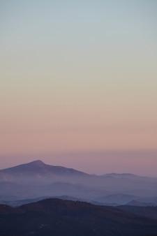 Tiro vertical da vista da montanha na floresta nacional de cleveland durante o nascer do sol