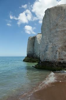 Tiro vertical das belas falésias brancas à beira-mar capturado na inglaterra
