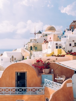 Tiro vertical de belos edifícios na ilha de santorini, no mar egeu, cyclades, grécia