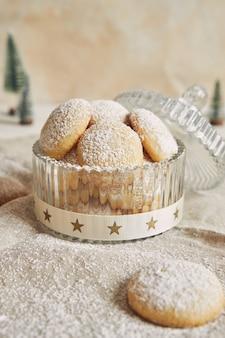 Tiro vertical de biscoitos com açúcar em pó