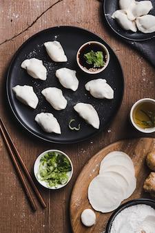 Tiro vertical de bolinhos chineses no prato