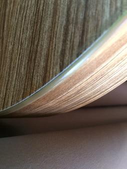 Tiro vertical de madeira compensada curvada perto de um colchão rosa claro