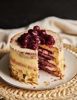 Tiro vertical de um bolo de cereja fatiado