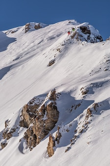 Tiro vertical de um cenário montanhoso coberto de neve branca bonita em sainte foy, alpes franceses