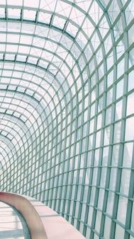 Tiro vertical de um corredor com paredes de vidro e teto