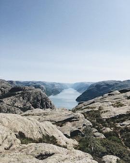 Tiro vertical de um lago cercado por formações rochosas sob o céu claro