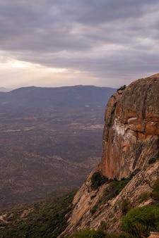 Tiro vertical de um pico de montanha sob o céu nublado capturado no quênia, nairobi, samburu