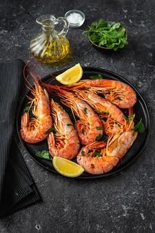 Tiro vertical de um prato com camarões grandes vermelhos