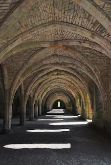 Tiro vertical de uma adega em fountains abbey, yorkshire, inglaterra