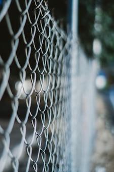 Tiro vertical de uma cerca com fio com um fundo desfocado