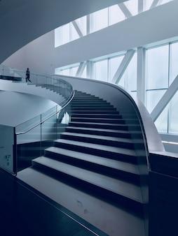 Tiro vertical de uma escada moderna em um belo edifício branco