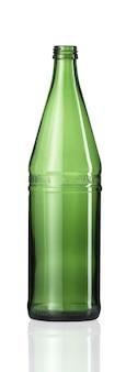 Tiro vertical de uma garrafa de vidro vazia isolada