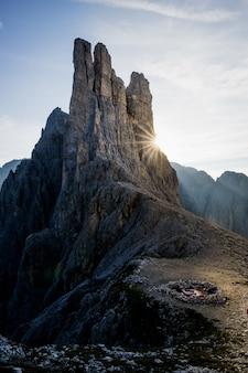 Tiro vertical de uma lareira na montanha com um céu azul ao fundo