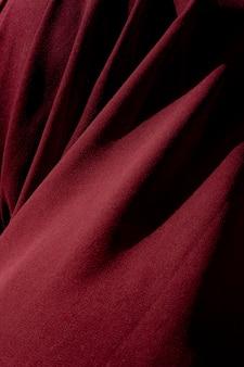 Tiro vertical de uma matéria têxtil vermelha. é ótimo para um plano de fundo