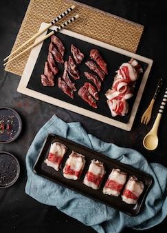 Tiro vertical de uma variedade de carnes com molhos