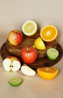 Tiro vertical de várias frutas e vegetais