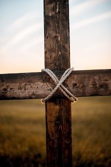 Tiro vertical do close up de uma cruz de madeira
