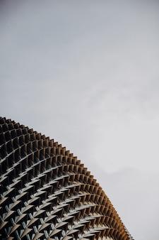 Tiro vertical do close up dos teatros da esplanada na baía sob um céu claro em singapura