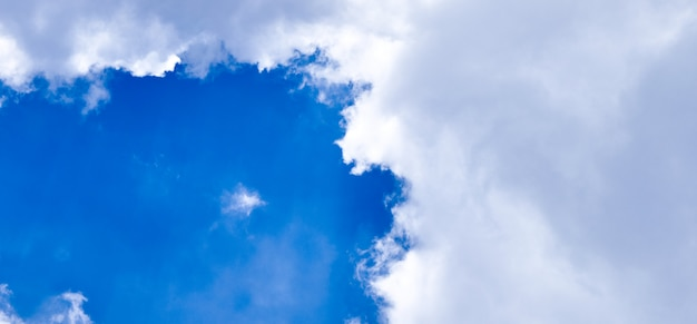 Tiro vertical panorâmico do céu