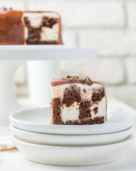 Tiro vertical seletivo closeup de um pedaço de bolo de chocolate