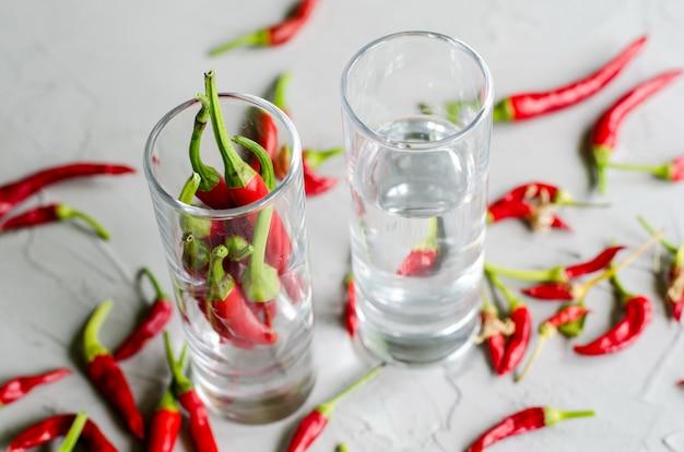 Tiros com vodka e pimentas frias, bebida alcoólica quente
