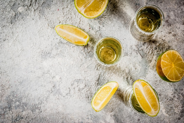 Tiros de tequila com limão e sal