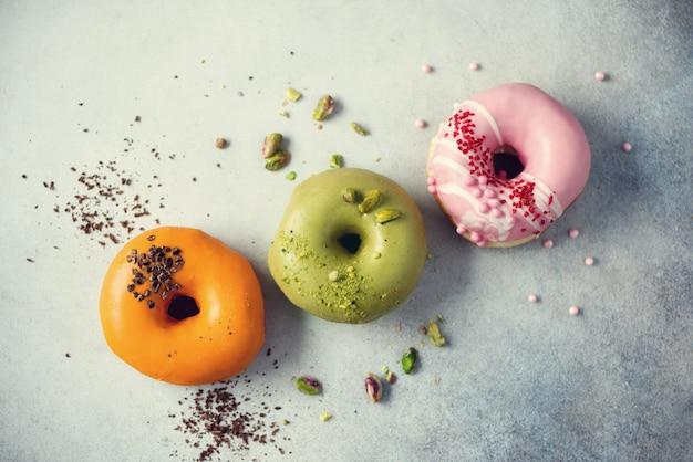 Tisana seca orgânica da camomila e do linden. comida. folhas de ervas saudáveis orgânicas. textura do chá verde da desintoxicação com frutas secadas.
