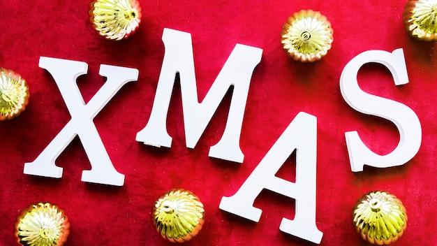 Título de natal perto de bolas decorativas