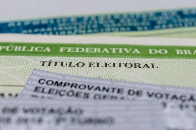 Título eleitoral brasileiro e boletins de voto título do eleitor nas eleições brasileiras Foto Premium