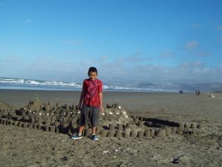 Toa mestre e seu castelo de areia na nova br