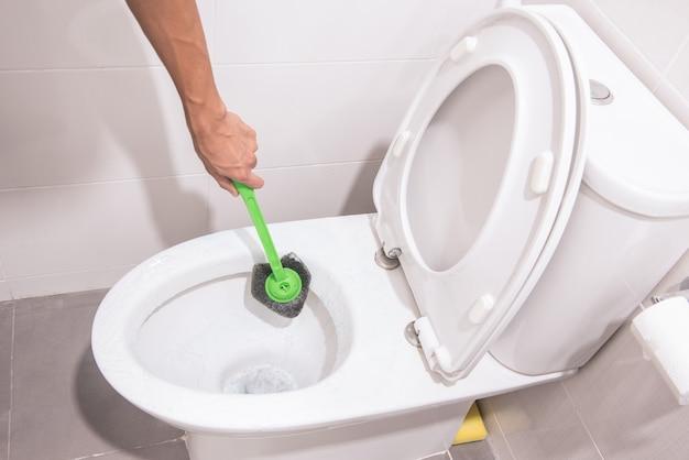 Toalete de limpeza das mãos com escova verde