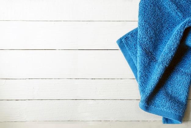 Toalha azul sobre fundo branco de madeira