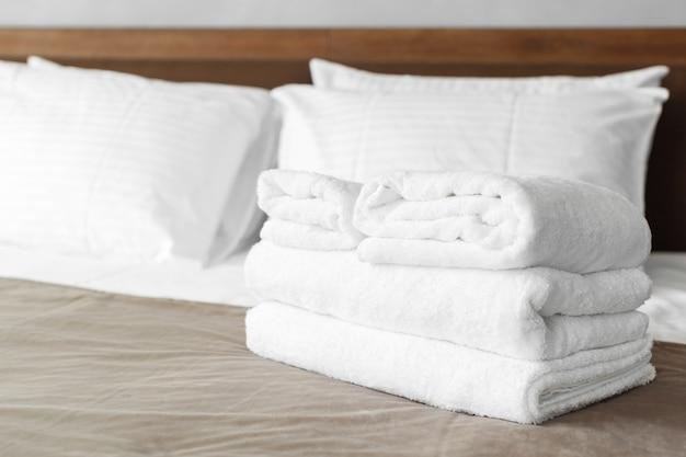 Toalha branca na cama no quarto de hóspedes do hotel