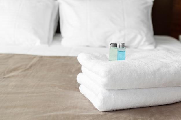 Toalha branca na cama no quarto de hóspedes para o cliente do hotel