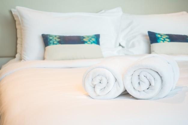 Toalha branca na cama