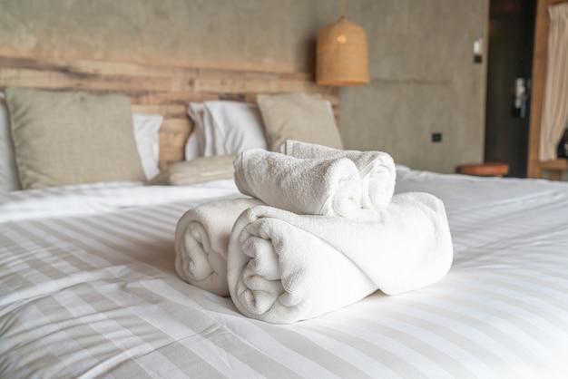 Toalha branca na decoração da cama no quarto