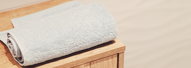 Toalha de banho orgânica e sustentável em um banheiro ecológico, decoração para casa e conceito de design de interior luxuoso