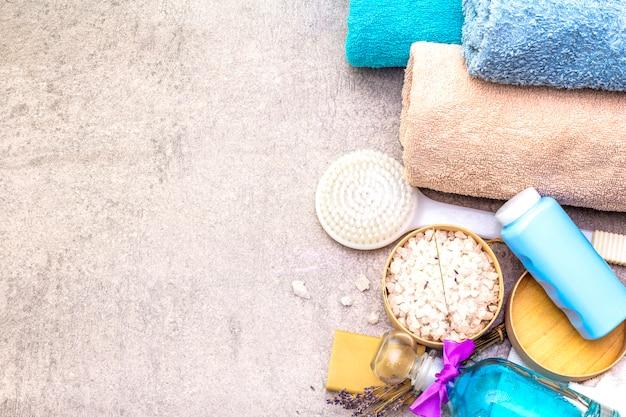 Toalha de banho, sal marinho com lavanda, sabonete de oliva natural, gel de banho e escova