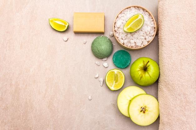Toalha de banho, sal marinho com limão, maçã, sabonete de azeitona e menta e esponja