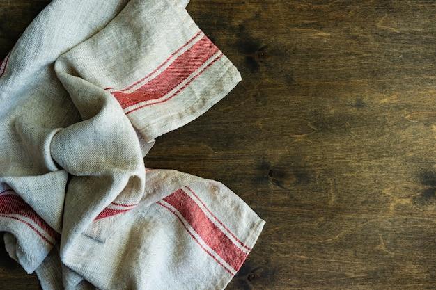 Toalha de cozinha ou guardanapo sobre a mesa de madeira rústica