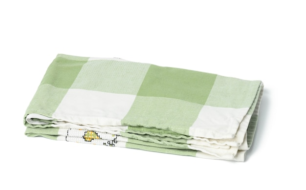 Toalha de linho verde dobrada em fundo branco, vista superior