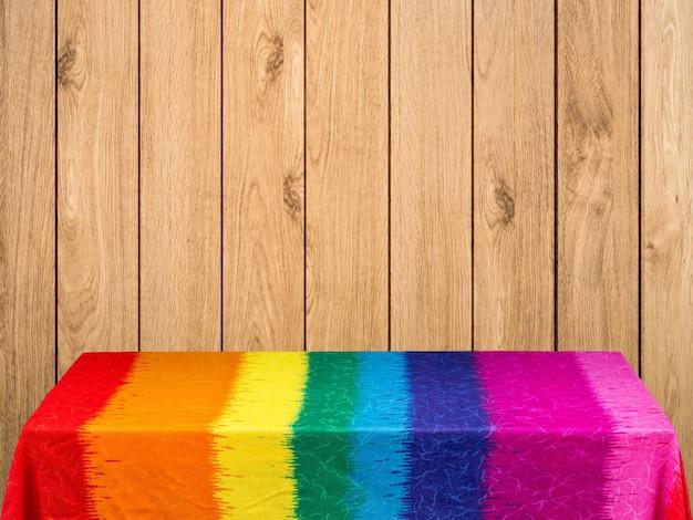 Toalha de mesa arco-íris em fundo de madeira