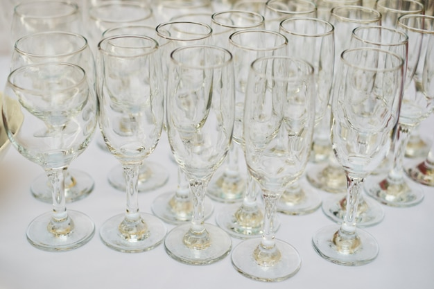 Toalha de mesa de vidro branco de mesa de buffet de copos vazios