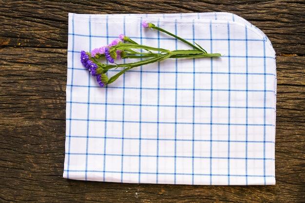 Toalha de mesa e flores na velha mesa de madeira com copyspace
