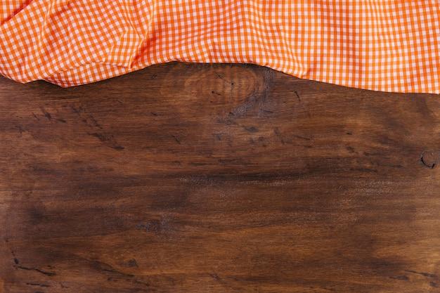 Toalha de mesa em mesa de madeira