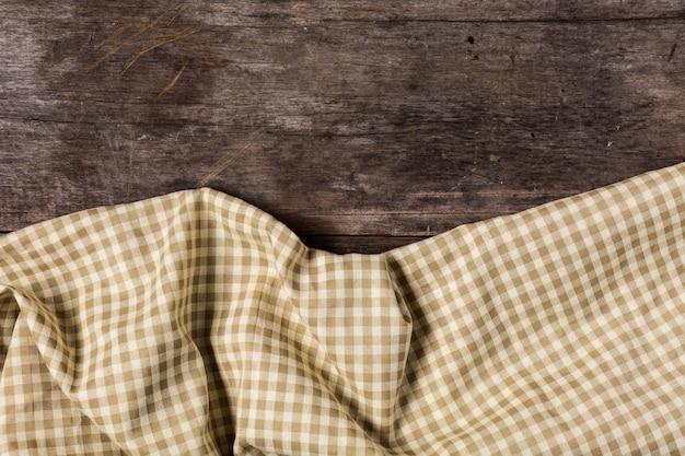 Toalha de mesa marrom no fundo da mesa de madeira