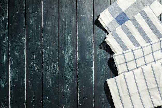 Toalha de mesa na mesa de madeira preta