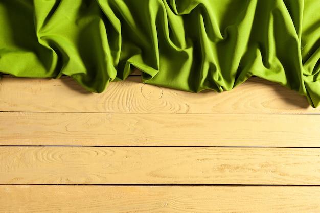 Toalha de mesa na mesa de madeira
